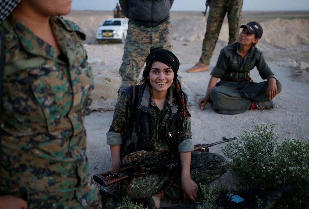 Dziewczyna z Sił Samoobrony Sindżaru na północy Iraku