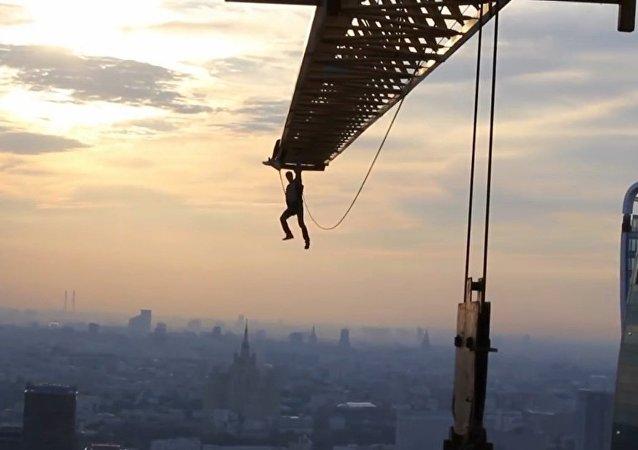 """""""Człowiek-pająk"""" skacze z żurawia wieżowego w centrum Moskwy"""