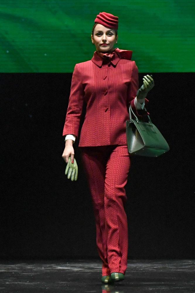 Modelka prezentuje nowy mundur dla stewardess linii Alitalia