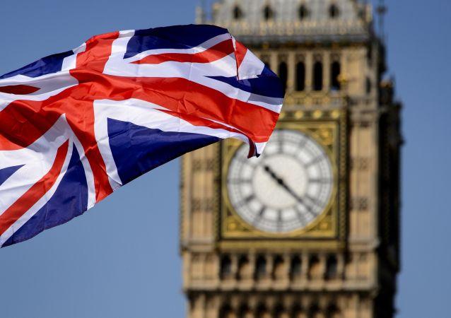 Brytyjska flaga na tle Big Bena w Londynie