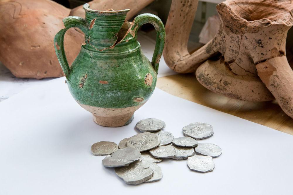Monety były ukryte w ceramicznym naczyniu. Można mniemać, że monety zostały odlane w mennicach Hiszpanii w połowie XVII wieku.