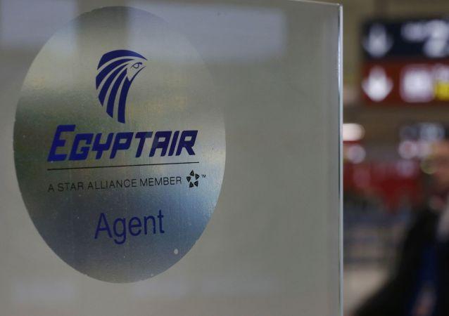 Szyld lini lotniczej Egyptair na lotnisku w Paryżu