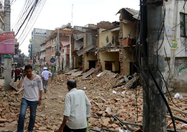 Zniszczenia spowodowane przez trzęsienie ziemi, do którego doszło w Nepalu w sobotę rano.