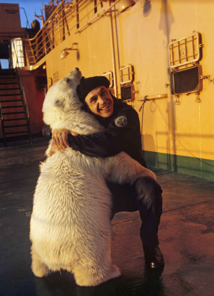 """Lodołamacz """"Arktyka"""" o napędzie jądrowym. Członek załogi z niedźwiadkiem Miszką."""
