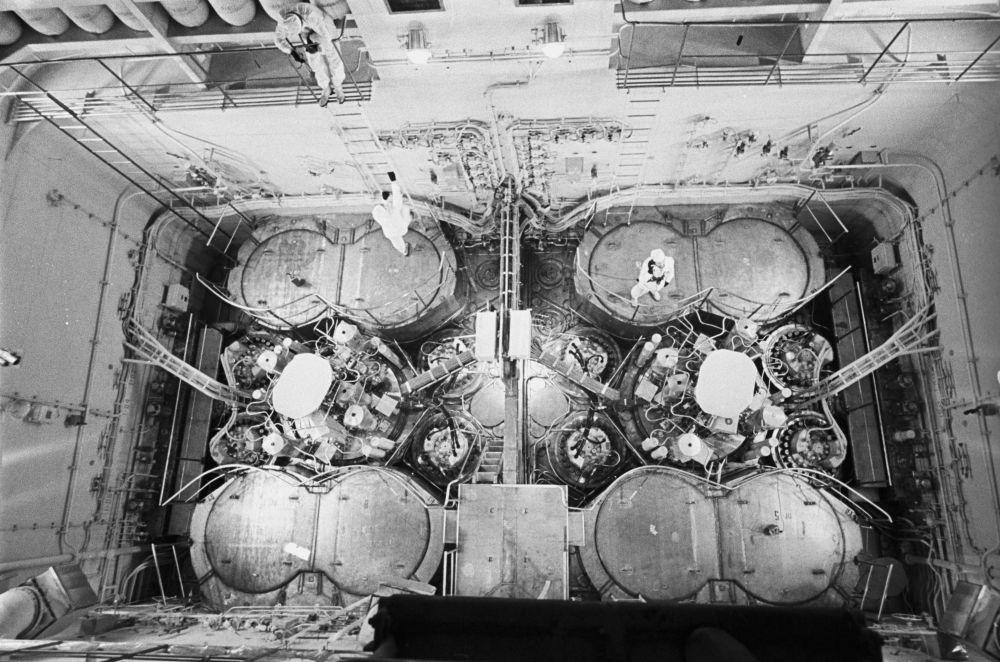 """Reaktory jądrowe na lodołamaczu """"Arktyka"""".  Radziecki lodołamacz kruszył lód o grubości 5 metrów."""