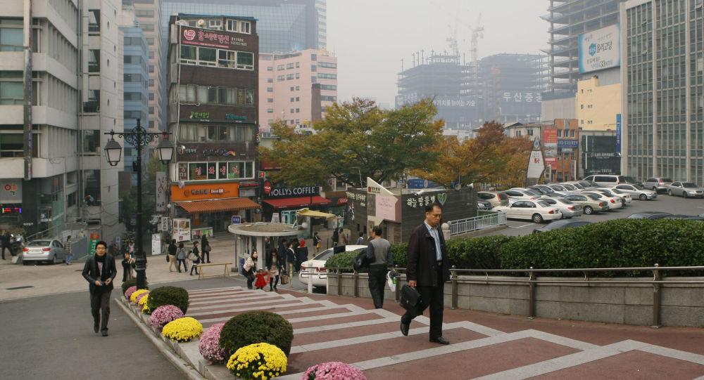 Przechodnie na ulicach Seulu