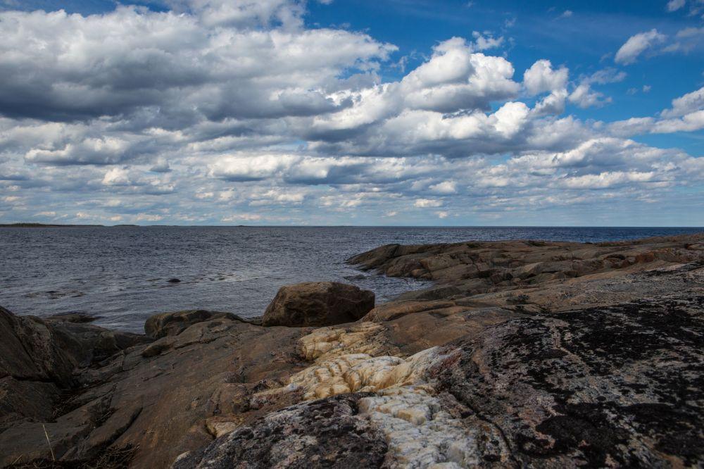 Skaliste brzegi wysp Morza Białego w białomorskim rejonie Republiki Karelii.