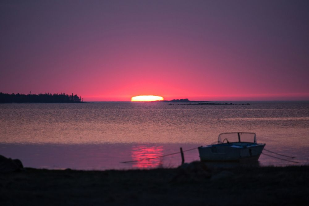 Wschód słońca nad Morzem Białym w białomorskim rejonie Republiki Karelii.