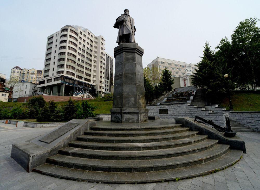 Pomnik admirała S.O. Makarowicza przy ulicy Nabierieżnaja we Władywostoku.