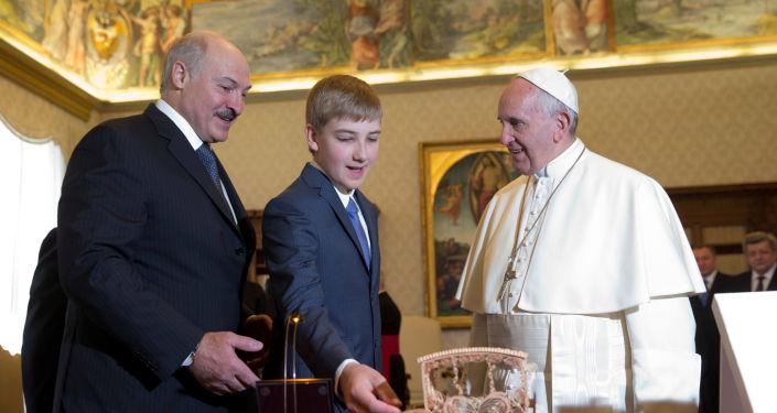 Prezydent Białorusi Aleksander Łukaszenko ze swoim synem na spotkaniu z Papieżem