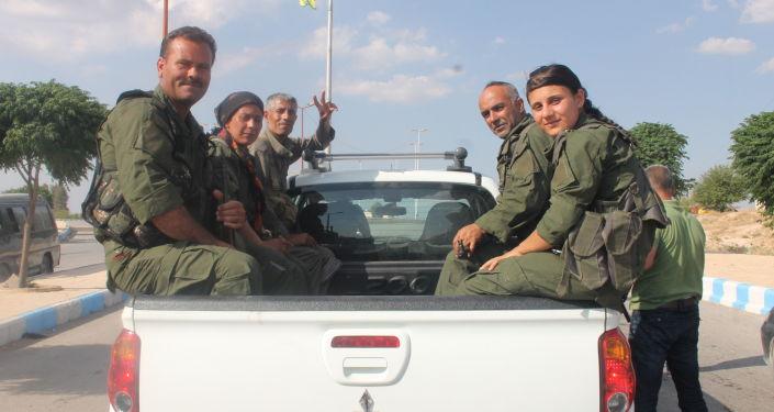 Członkowie Demokratycznych Sił Syrii niedaleko ar-Rakki