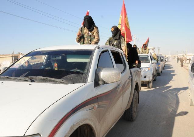 Członkowie Demokratycznych Sił Syrii niedaleko miasta ar-Rakka