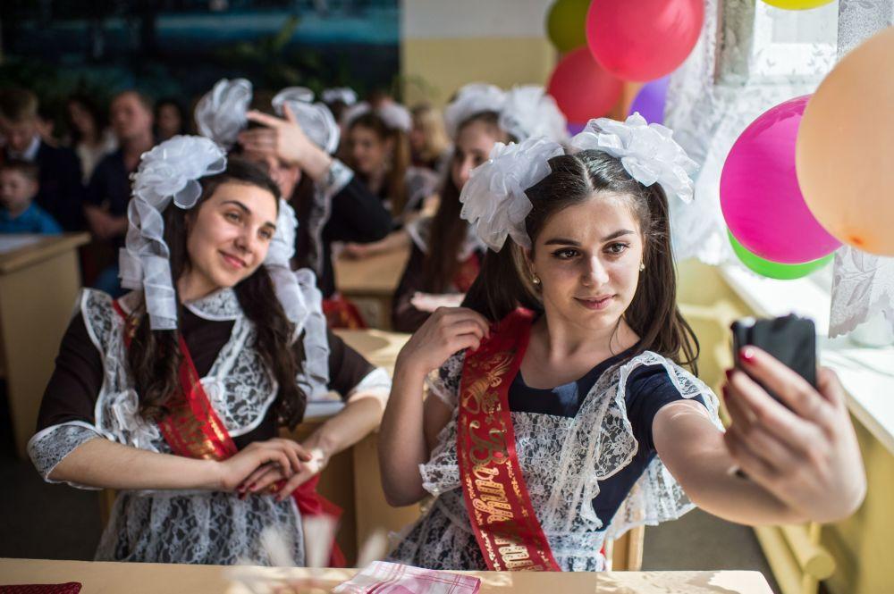 Absolwenci świętują ostatni dzwonek w szkole nr 1 im. A. Lupowa w mieście Tara (obwód omski).