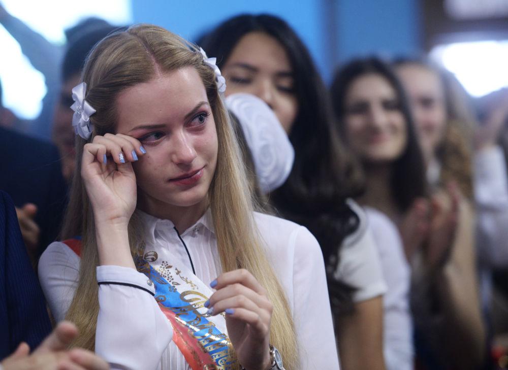 Absolwenci podczas ostatniego dzwonka w szkole nr 2095 w Moskwie.