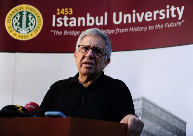 Turecki pisarz Zyulfu Livaneli