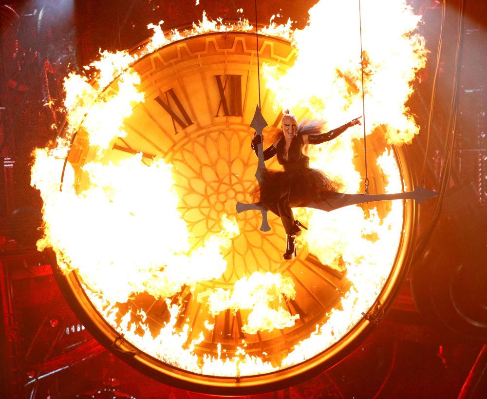Amerykańska piosenkarka Pink podczas wykonywania piosenki Just like fire w Las Vegas na ceremonii wręczania nagród Billboard.