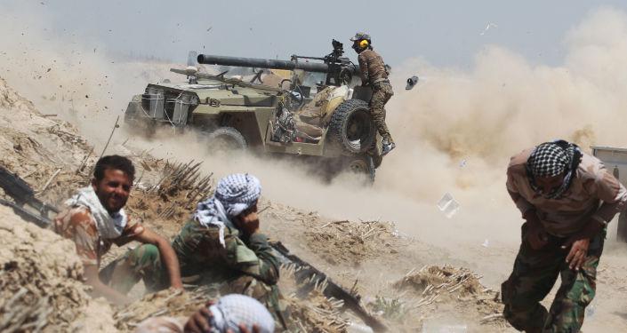 Irackie wojska prorządowe podczas starcia z bojownikami PI.