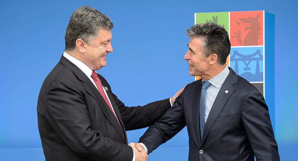 Prezydent Ukrainy Petro Poroszenko i były sekretarz generalny NATO Anders Fogh Rasmussen