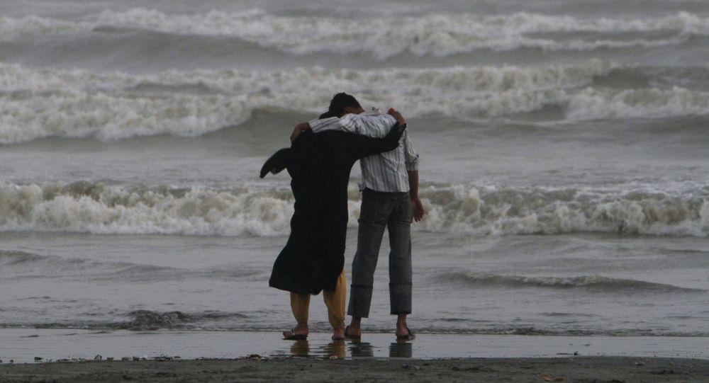 Para na brzegu morza w Pakistanie