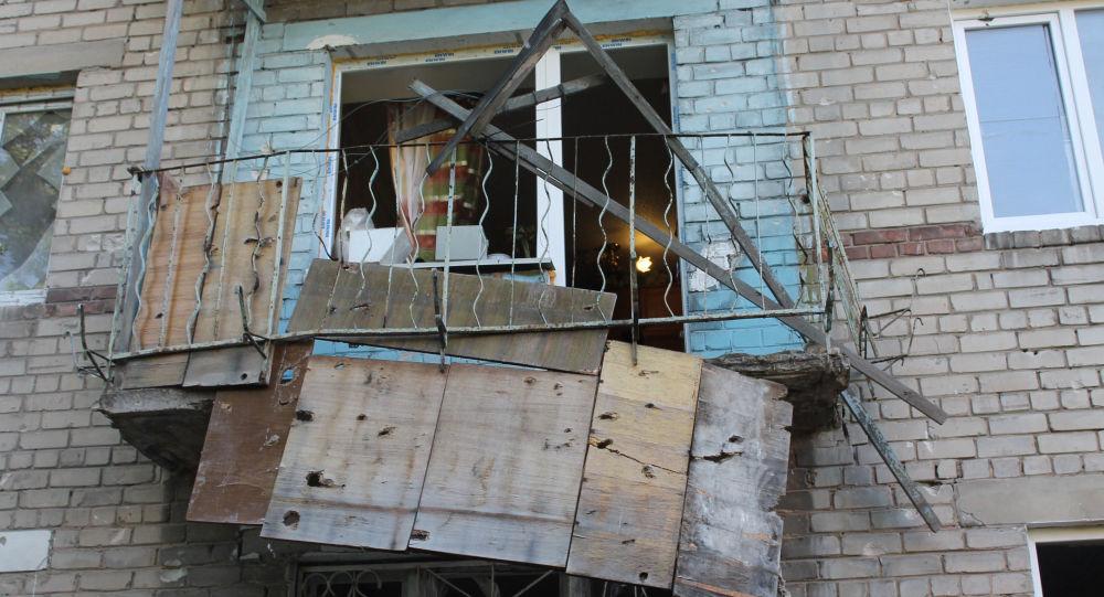 Skutki ostrzału domu mieszkalnego w Doniecku