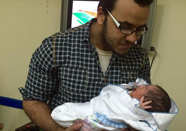 Egipski dziennikarz i tłumacz Moamen Muhtar z dzieckiem