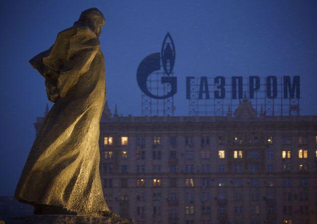 Pomnik ukraińskiego poety i pisarza Tarasy Szewczenko naprzeciw domu mieszkalnego z logotypem Gazpromu