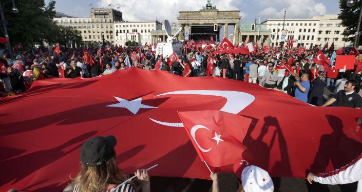 Gigantyczna flaga Turcji przed Bramą Brandenburską w Berlinie