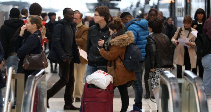 Pasażerowie na Dworcu Lyońskim w Paryżu podczas strajku kolejarzy