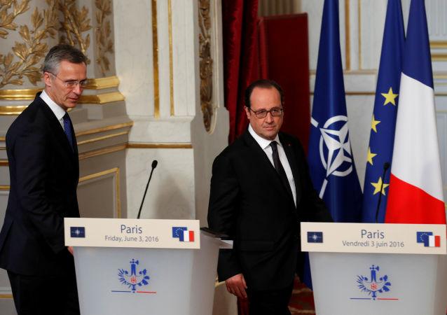 Prezydent Francji François Hollande i sekretarz generalny NATO Jens Stoltenberg w Paryżu
