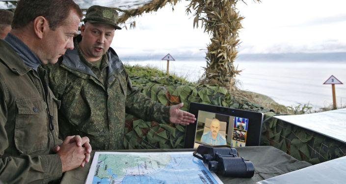 Rosyjski premier Dmitrij Miedwiediew w czasie wizytacji na wyspie Iturup na Kurylach