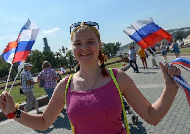 Dziewczyna trzymająca rosyjskie flagi