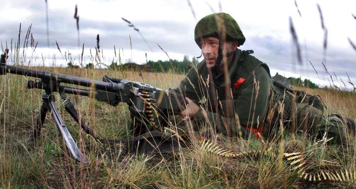 Litewski żołnierz podczas ćwiczeń wojskowych NATO Saber Strike 2014