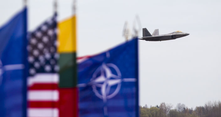Amerykański myśliwiec F-22 Raptor na litewskiej bazie lotniczej w Siauliai