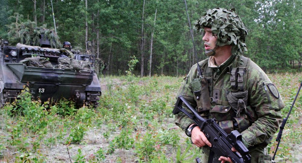 Litewski żołnierz podczas ćwiczeń wojskowych NATO Saber Strike na Litwie