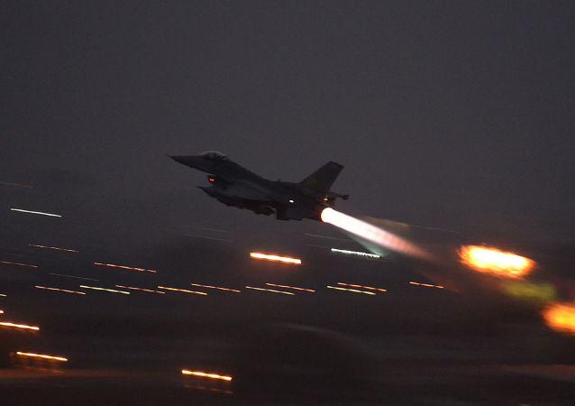 Amerykański myśliwiec F-16 Fighting Falcon w tureckiej bazie lotniczej