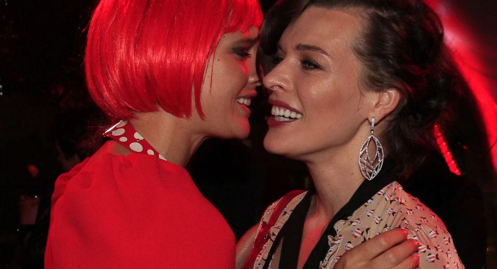 Модель Наталья Водяновая и актриса Милла Йовович на Fashion's Night Out-2012 под эгидой журнала Vogue в ЦУМе