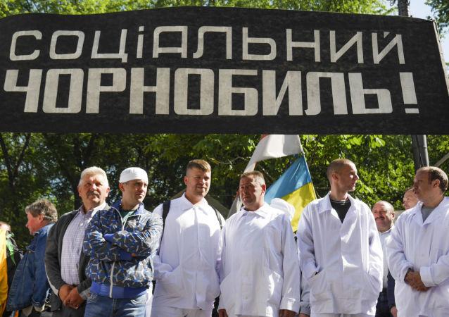 Pracownicy czarnobylskiej strefy wykluczenia pikietują siedzibę ukraińskiego rządu