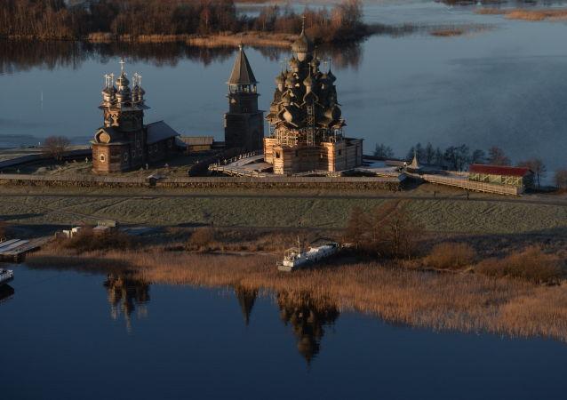 W północnej części jeziora Onega znajduje się wyspa Kiży, której długość wynosi 6 km. Wyspa jest znana na całym świecie dzięki swojej architekturze, która uważany jest za prawdziwe dzieło sztuki rosyjskiej architektury drewnianej. Na terytorium wyspy mieści się muzeum.
