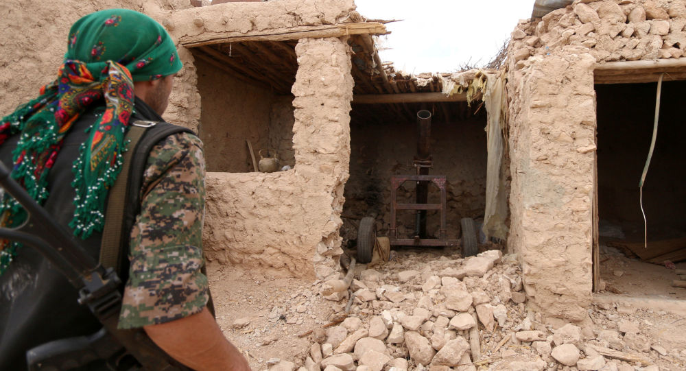 """Bojownik """"Demokratycznych Sił Syrii"""" w mieście Manbidż"""
