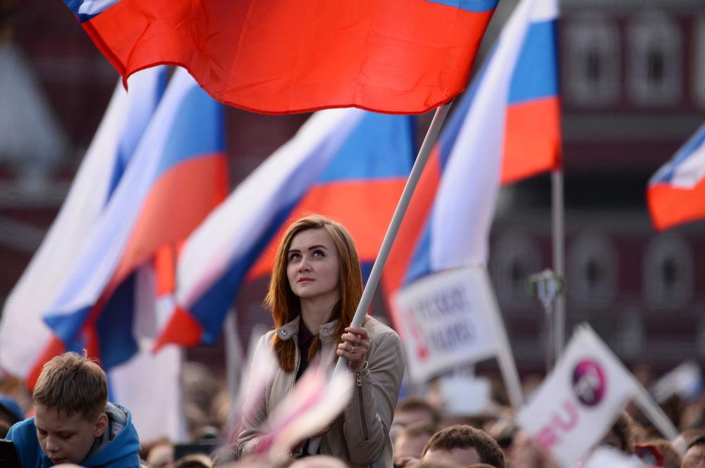 Dziewczyna na koncercie na placu Czerwonym w Moskwie
