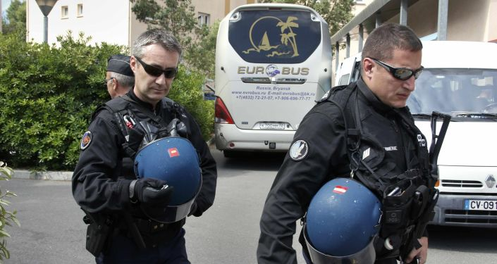 Francuscy policjanci przy autobusie z rosyjskimi kibicami piłkarskimi przed ich deportacją z Francji