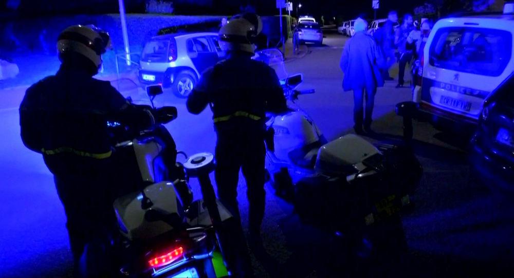 Oficerowie policji na miejscu zbrodni na przedmieściach Paryża