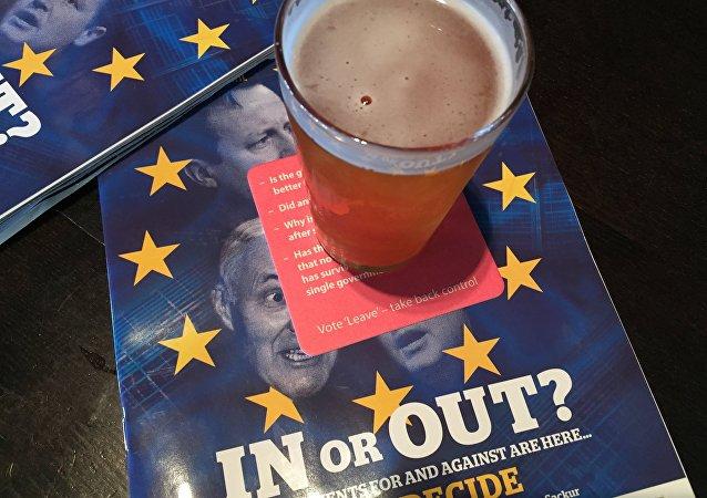 Materiały o tematyce Brexit w pubie w Edinburgu, Szkocja