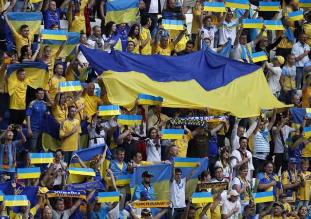 Trybuna ukraińskich kibiców w czasie meczu Ukraina-Północna Irlandia na Euro-2016