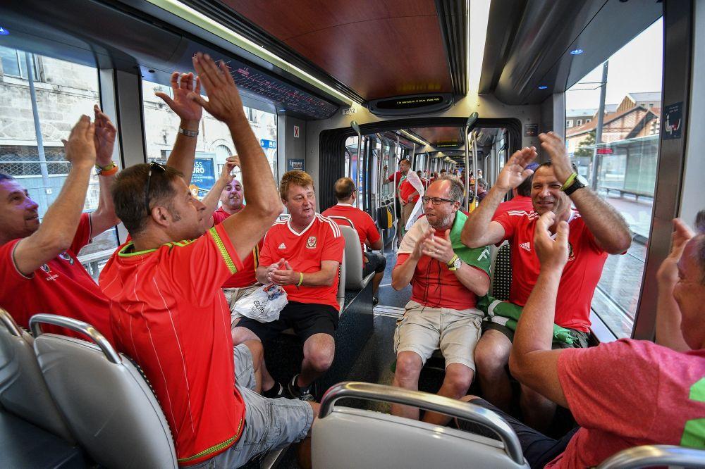 Walijscy kibice w tramwaju podczas Euro-2016