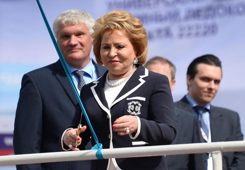 """Przewodnicząca Rady Federacji Walentina Matwijenko, zgodnie z tradycją budowniczych okrętów, rozbiła butelkę szampana o kadłub lodołamacza. – Siedem stóp pod kilem, wielka """"Arktyko""""! – powiedziała Matwijenko."""