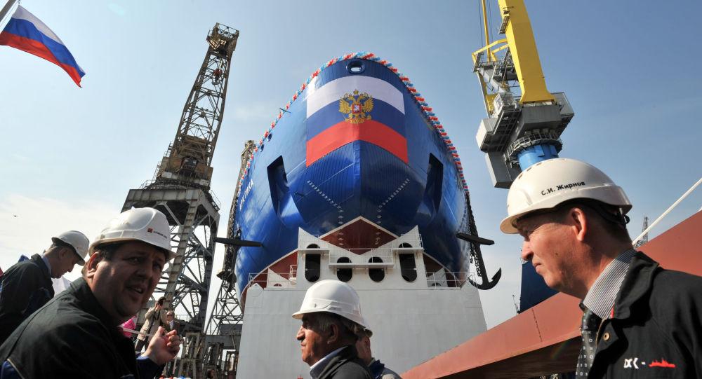 """Z kontraktu podpisanego z państwowym przedsiębiorstwem Atomflot wynika, że Stocznia Bałtyjska zbuduje trzy lodołamacze projektu 22220. 26 maja ubiegłego roku rozpoczęto budowę pierwszego seryjnego lodołamacza z tej serii - """"Syberia"""". Jesienią tego roku zaplanowano rozpoczęcie budowy drugiego okrętu - """"Ural""""."""