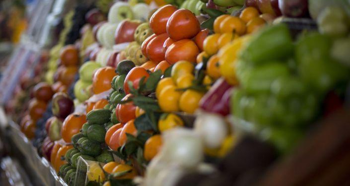 Owoce i warzywa na jednym z rynków w Moskwie