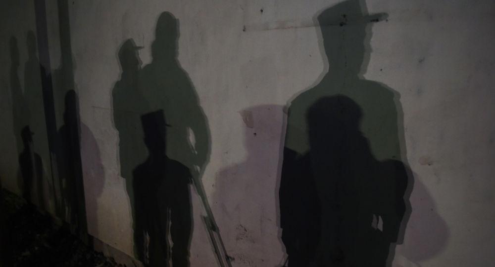 Cienie afgańskich policjantów na murze w Kabule