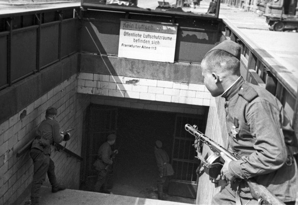 Radzieccy żołnierze przy wejściu do berlińskiego metra